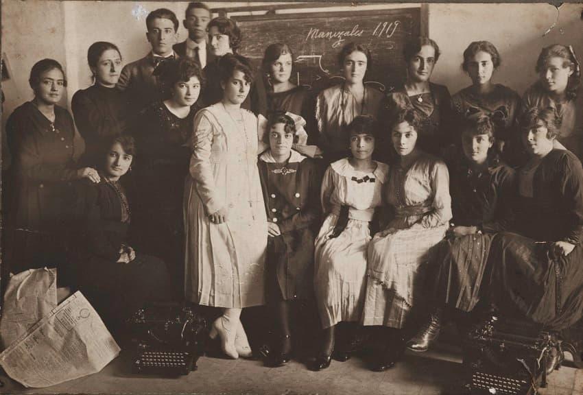 El fundador, Gustavo Vásquez B., se traslada a Manizales y establece una sucursal de la Escuela Remington, con la dirección de la exalumna Josefina Mejía Duque, a quien se la transfiere en 1921.