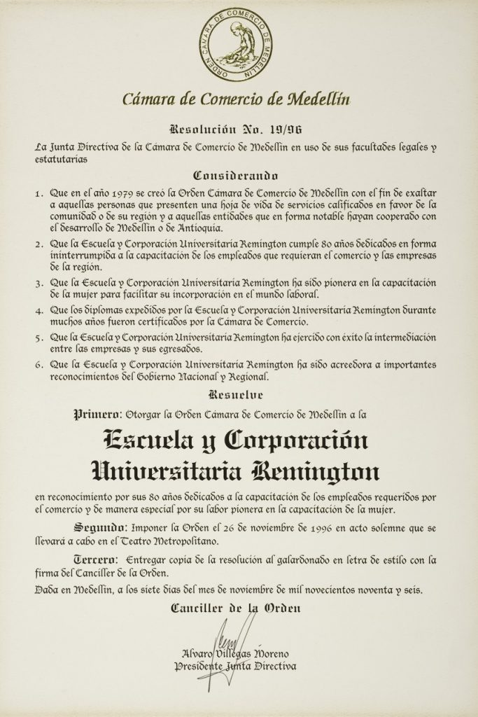 * Nace la Corporación Universitaria Remington avalada por la Resolución 2661 de 1996. Los miembros fundadores son los hermanos: Patricia, Jorge, Mario y Mauricio Vásquez Posada, además de su señora madre, Ligia Posada de Vásquez.